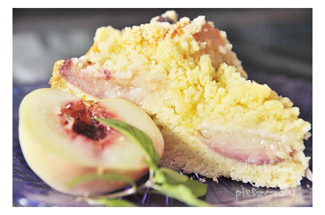 Ciasto drożdżowe z brzoskwiniami i kruszonką