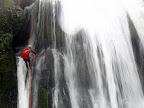 Sébastien descend en rappel la cascade de Tuffe.