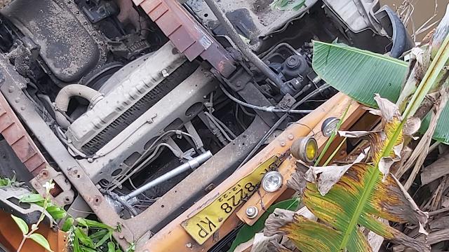 Truk Angkutan Cemilan Anak Terjun ke Sungai Raja Duri Pekanbaru