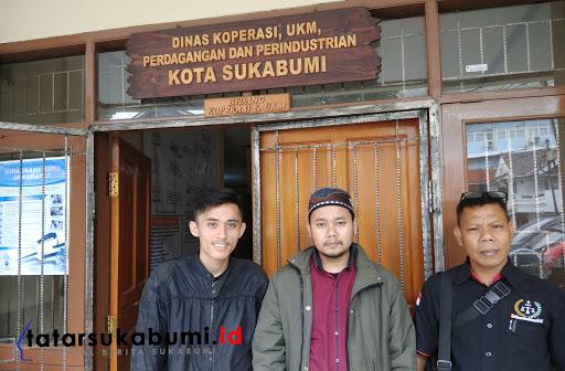 Urman Rumansa (tengah) jalani sidang sengketa perkara take over kredit mobil di BPSK Kota Sukabumi / Foto : Dian Syahputra Pasi