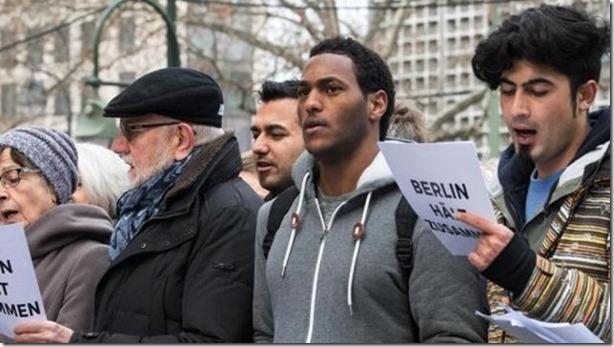 fluechtlinge-und-berliner-singen