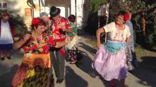 Cigány tánc a faluház udvarán - Mezőcsoknyai Nyugdíjas Klub