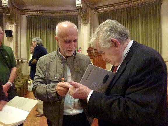 Antonio Gamoneda firma su libro a Julio González Alonso