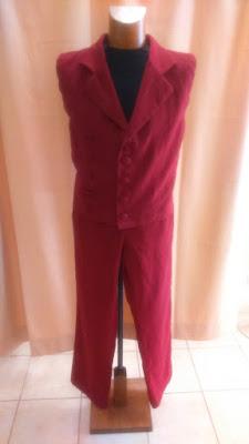 Ensemble terminé gilet et pantalon en lin. Gilet doublé avec col tailleur, double boutonnage, et pince de cintrage dos