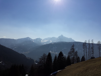 Traumhaftes Frühlingswetter in Tirol  Auch hier konnte die SoFi gut beobachtet werden im Tiroler Wipptal bei Temperaturen am Nachmittag bis zu 16 Grad. Der Blick geht zur Serles (2718m) #Wetter #Tirol #Wetterbeobachtung