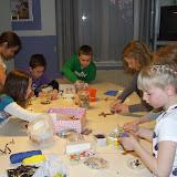 Kinderen van de kinderkerkclub maken een rozenkrans - DSCF5699.JPG