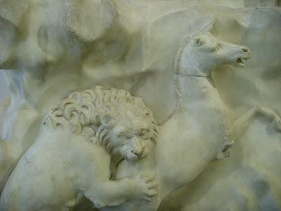 馬の尻にかぶりつくライオンのレリーフ