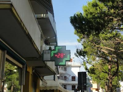 Et apoetekskilt som sier at det 28 grader varmt.