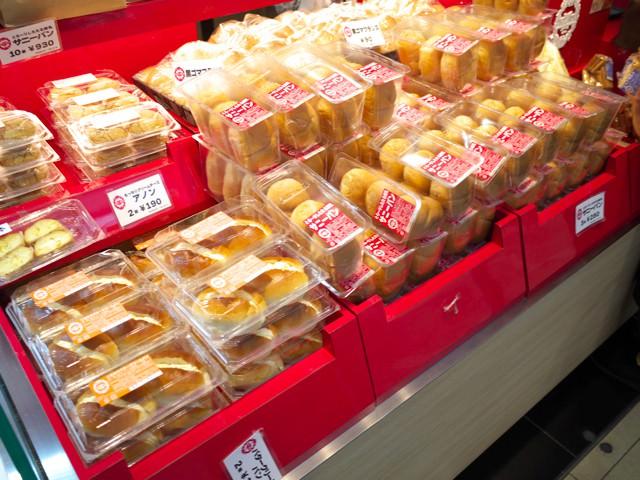ひな壇に並べられたサニーパンなどのパンの数々