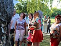 16 - Csodálattal nézték a szobrot a résztvevők.JPG