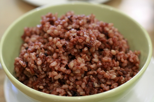 Cơm gạo lứt nấu với hành nước tương