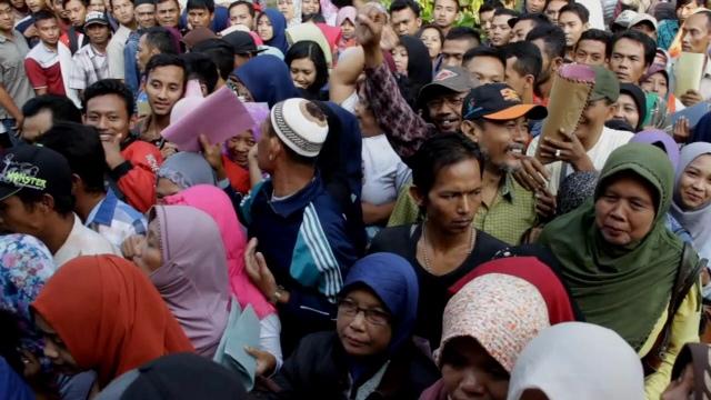 Ricuh, Antrean e-KTP di Jombang Diwarnai Adu Mulut dan Saling Serobot