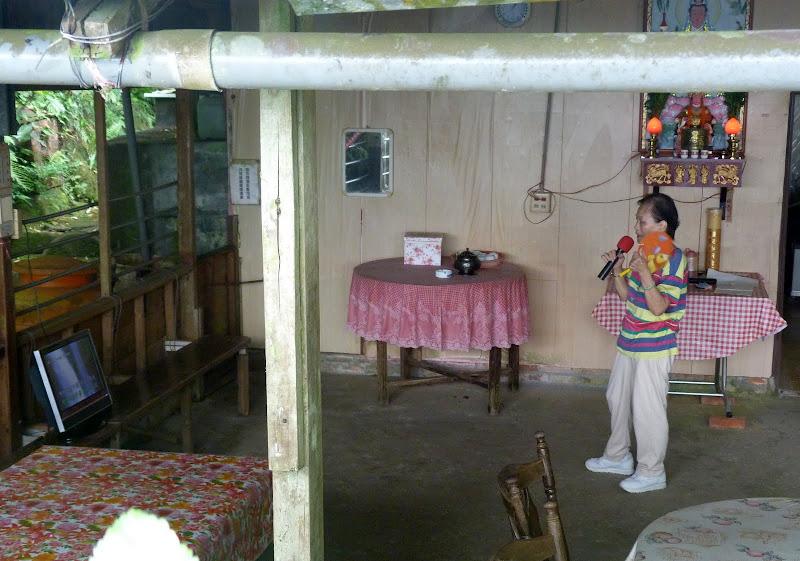 KTV pour une femme seule. habitation privée, le long du chemin