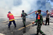 "Aksi Heroik Personil TNI Polri Bersama Masyarakat Padamkan ""Si Jago Merah"""" Dengan Alat Seadanya"