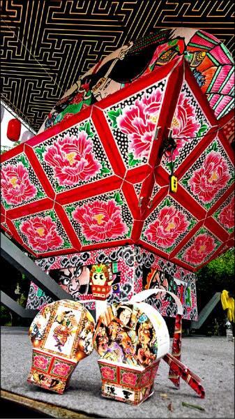 2018中台灣元宵燈會今(24)日至3月11日在台中公園及清水港區藝術中心同步登場,今年還邀請到日本青森縣平川市5米高的「扇型睡魔花燈」首度到台中參展,在台中公園展出,相當吸睛。
