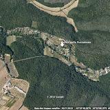Vue aérienne de la petite vallée (au centre) entourée de forêts