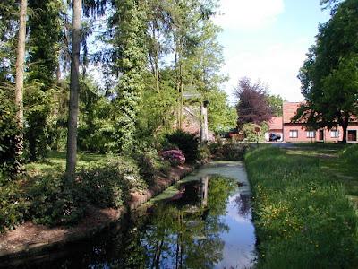 1600: Reppel (Bocholt): pastorie van de abdij van Postel. Nog volledig omgracht, voorzien van poortgebouw met duiventil.