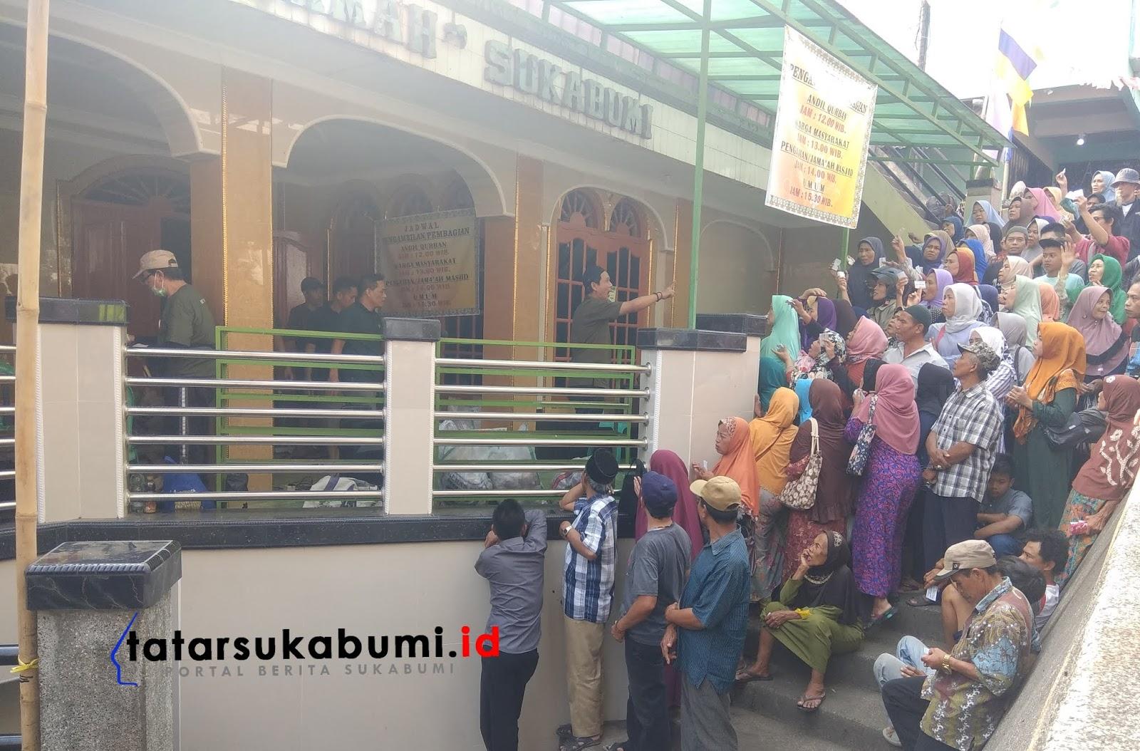 10 Sapi dan 4 Kambing Daging Kurban Dibagikan Kepada 150 Kepala Keluarga Gang Panglipur Sukabumi