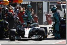 Lewis Hamilton ai box