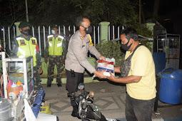 Polres Pasuruan Kota Lakukan Patroli Skala Besar Sembari Berikan Bansos Kepada PKL