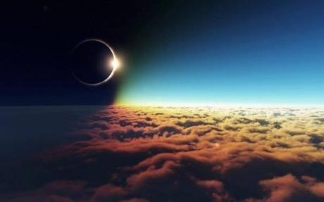 Солнечное затмение над облаками...
