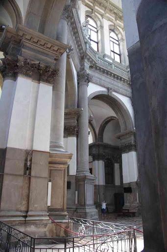 L'intérieur de l'église Santa Maria della Salute.