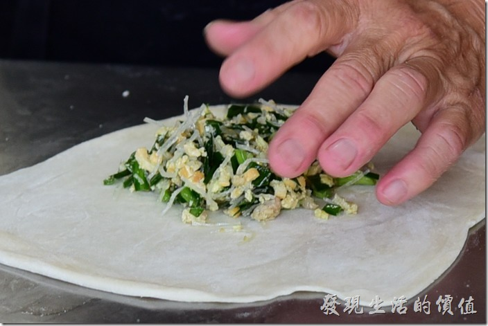 台南安平-劉記韭菜盒。這韭菜盒子的餡料有韭菜、煎蛋、冬粉及豆乾,不要懷矮,就是這麼簡單。