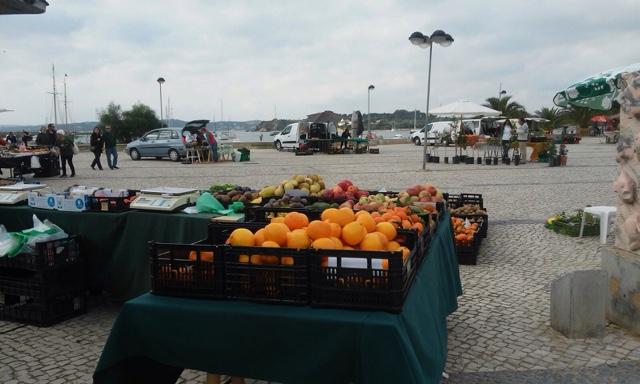 Los domingos, mercado junto a la ría