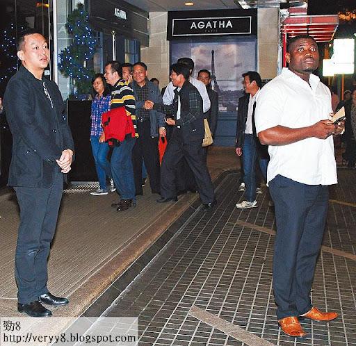一向有請保鏢的黃浩,近日出街都有黑人保鏢貼身保護。