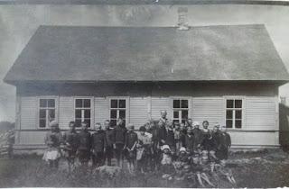Ученики около школы, учитель Голубев В.Ф. (из личного архива Елены Голубевой)