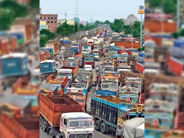 पटना:गांधी सेतु से एनएच तक लगा भीषण जाम, रेंगते रहे वाहन, पीपा पुल बंद होने से बढ़ा दबाव