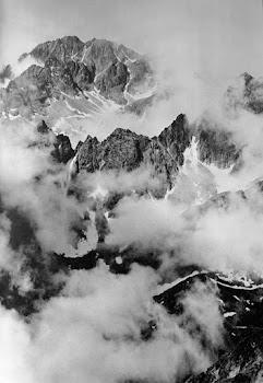 onbegaanbare toppen in de wolken van de Hoge Tatra vanaf een hoger standpunt