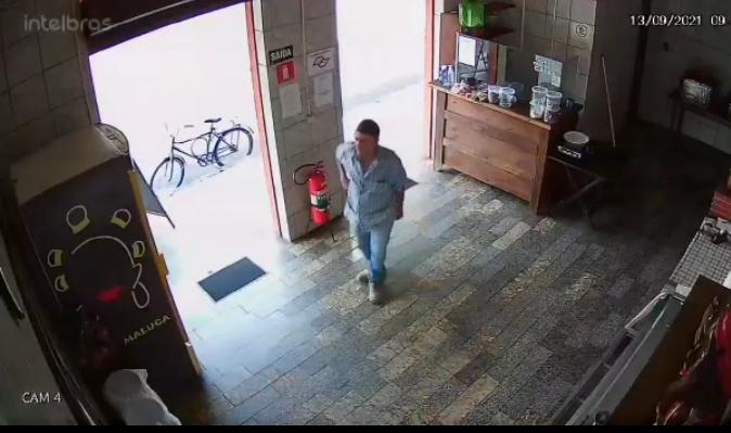 Homem furta celular em restaurante na rua Bolívia em Araçatuba; Vídeo