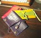 シャコム(赤サテン地)¥4,000 マヴァ(緑イタリア製)¥4,500 ジグザグ(紫本革)¥3,000すべて税別