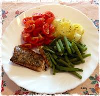 Salmone affumicato con aneto, fagiolini, pomodori e patate...