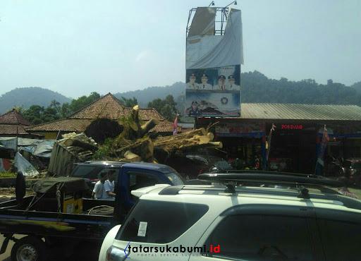 Evakuasi Pohon Beringin Jelang Pembukaan MTQ ke-35 di Palabuhanratu