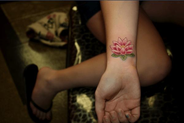 bonito_e_simples_cor-de-rosa_flor_de_ltus_da_tatuagem_no_pulso
