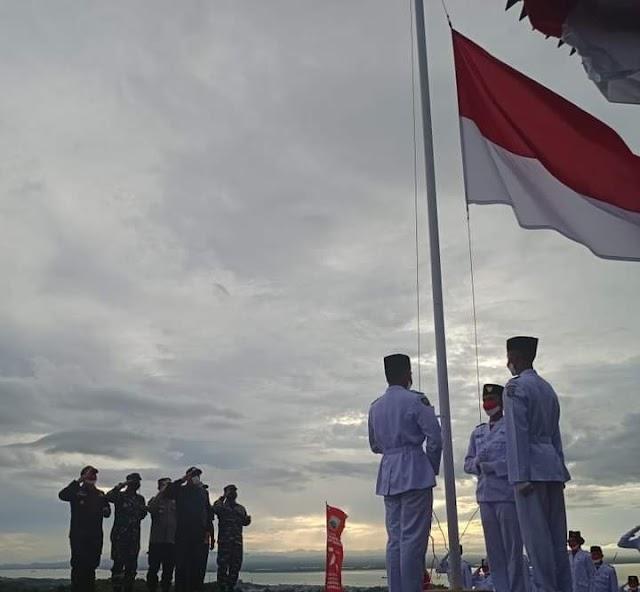 Berkibarlah Merah Putih di Objek Wisata Bukit Mamake Kotabaru
