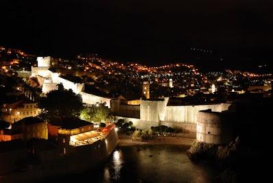 Dubrovniks Stadtmauer bei Nacht