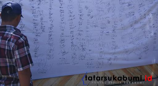 Penandatangan dukungan warga kepada pemerintahan desa Jambenenggang // Foto : Dian Syahputra Pasi