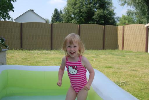 Jipie!! Mijn groot zwembadje!!