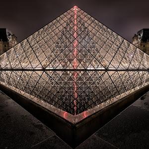 Pyramide_du_Louvre.jpg
