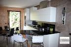 cucina Ola Snaidero con penisola a forma di boomerang e piani in quarzo nero, tavolo Convoy Calligaris e sedie Air hight Calligaris, consegnata in provincia di Bergamo 2