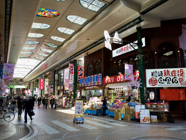 川崎駅前の銀柳街アーケード商店街の通り