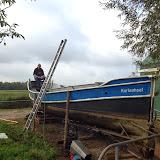 De sloep is uit de haven opgestegen en fraai naast de nieuwe nissenhut geland.