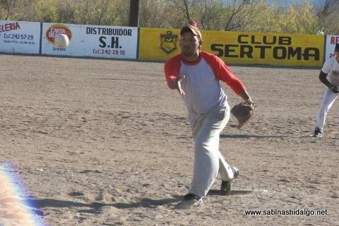 Luis López lanzando por Vallecillo en el softbol del Club Sertoma