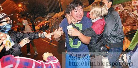 支持與反對拆大台的示威者在佔鐘區爆發衝突。