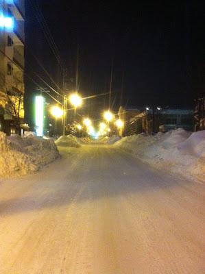 踏み固められた雪が凍った夜の旭川