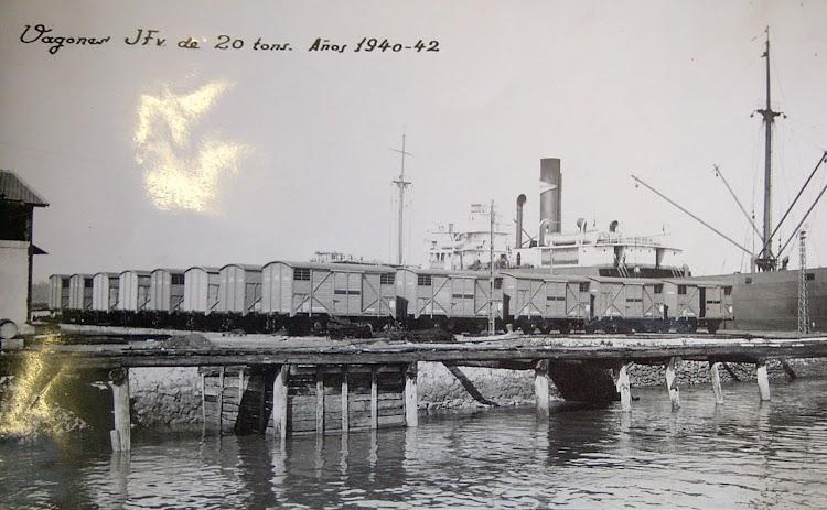Foto 4. El GAYARRE a la carga en puerto indeterminado. Ca. 1941. Foto remitida por Pedro Blanco Alvarez. Nuestro agradecimiento.JPG