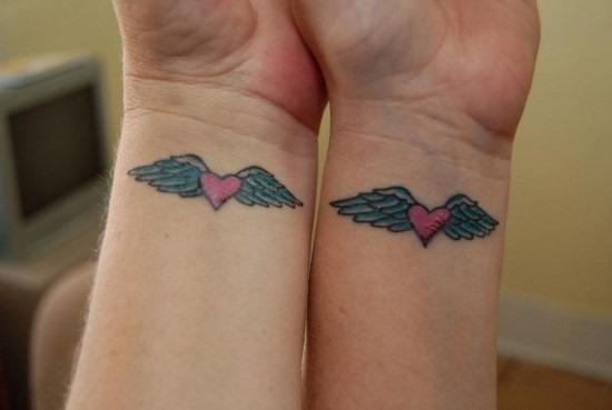 correspondncia_de_coraço_com_asas_de_anjo_tatuagem_no_pulso